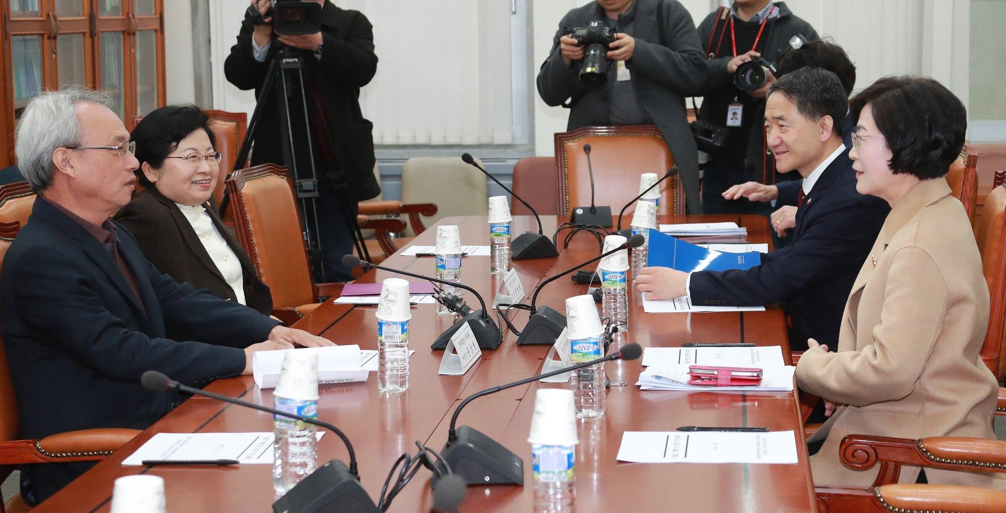 김상희 저출산고령사회위원회 부위원장(오른쪽)이 28일 국회 보건복지상임위 소회의실에서 열린 저출산 극복을 위한 사회적 대타협 협력 회의에서 발언을 하고 있다. [뉴스1]