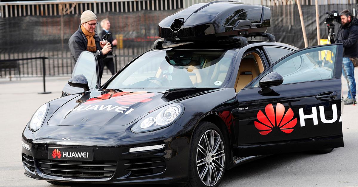 화웨이가 포르쉐와 손잡고 스마트폰으로 작동하는 자율주행차를 선보였다. EPA=연합뉴스