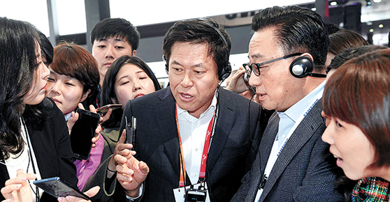 SK텔레콤 박정호 사장(오른쪽 세번째)과 삼성전자 고동진 사장(두번째)이 26일(현지시간) MWC 2018 전시장의 삼성전자 부스를 둘러보고 있다. [뉴스1]
