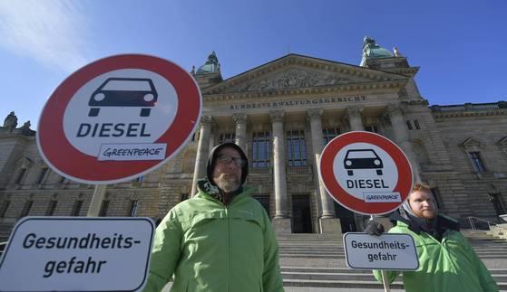 독일연방행정법원 앞에서 환경단체 회원들이 디젤 차량의 도시 진입 금지를 요구하며 시위를 벌이고 있다. [EPA=연합뉴스]