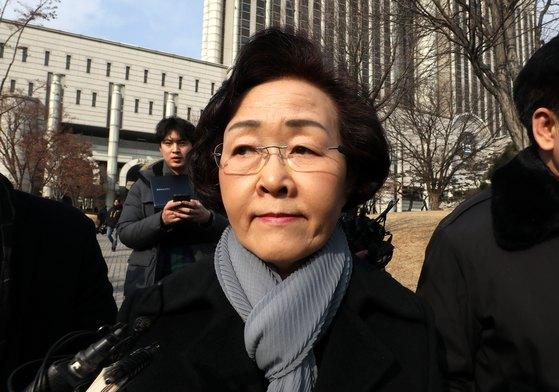 지난 9일 1심에서 구청장직 상실형을 선고 받은 신연희 강남구청장이 서울 서초동 중앙지법을 나서고 있다. [뉴스1]