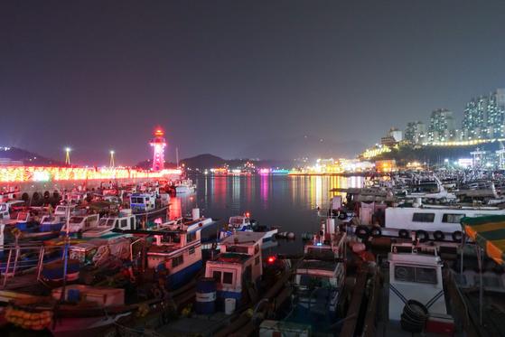 고깃배 늘어선 여수 종포항 밤바다는 낭만적이다. 한데 이보다 치명적인 여수의 매력은 바다에서 건져올린 갯것들로 만든 음식들이다.