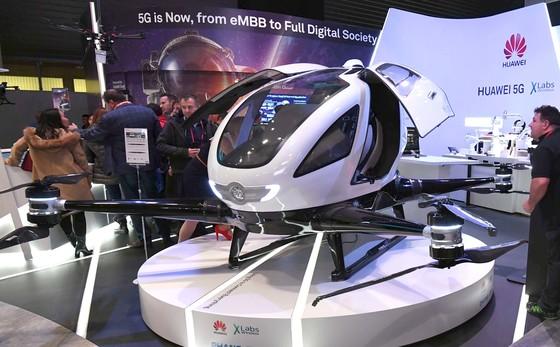 세계 최대 이동통신박람회 '모바일 월드 콩그레스 2018 (Mobile World Congress, MWC)' 개막일인 26일(현지시간) 전시장인 피란 그란비아 화웨이 부스에 전시된 2인승 플라이 택시(Fly Taxi)가 눈길을 끌고 있다. [사진공동취재단]