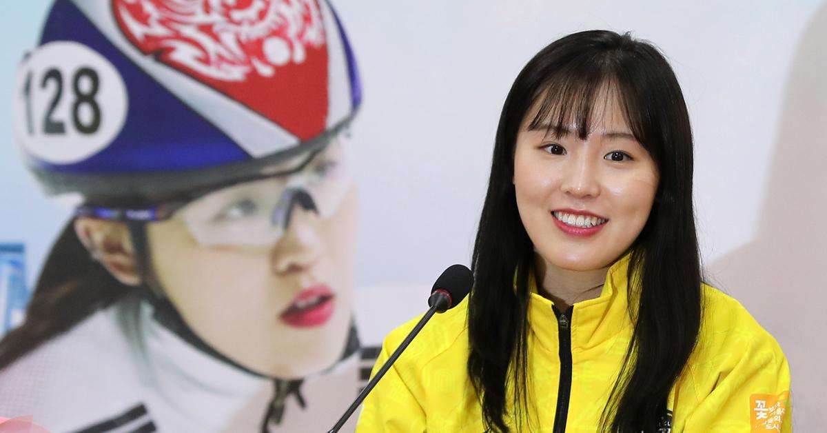 2018 평창겨울올림픽 쇼트트랙 여자 3000m 계주 금메달리스트 김아랑이 28일 오후 경기 고양시청 컨퍼런스룸에서 열린 기자회견에서 대회를 마친 소감을 밝히며 미소짓고 있다. [뉴스1]
