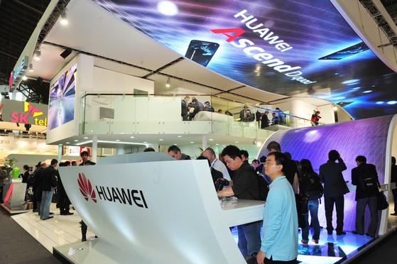 화웨이 MWC 3전시장 부스에 몰린 관람객들이 화웨이의 신제품을 살펴보고 있다. [사진 공동취재단]