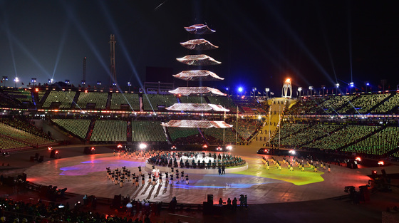 지난달 25일 오후 강원도 평창 올림픽스타디움에서 열린 2018 평창동계올림픽대회 폐회식에서 '조화의 빛' 공연이 펼쳐지고 있다. [사진공동취재단]