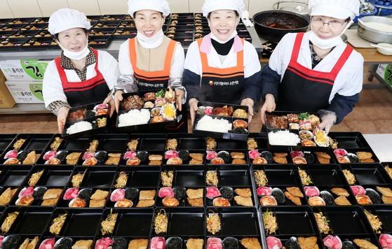 지난달 27일 오전 할머니손맛에서 일하는 할머니들이 완성된 도시락을 들고 환하게 웃고 있다. 프리랜서 김성태