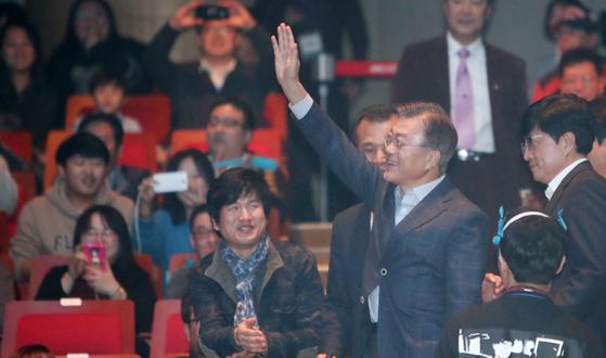 지난해 3월 부산 해운대 벡스코에서 열린 '촛불이 묻는다, 대한민국이 묻는다' 북 콘서트에 참석한 문재인 당시 더불어민주당 대선 후보. [중앙포토]