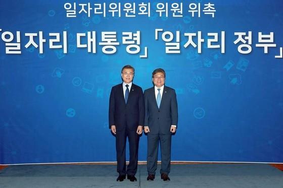 문재인 대통령(왼쪽)과 함께 사진을 찍은 이상직 신임 중소기업진흥공단 이사장 [사진 이상직 페이스북]