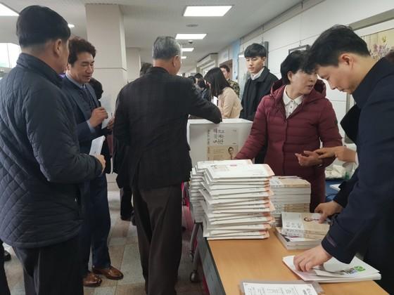 3일 오후 충남 서산시 서산문화회관에서 열린 이완섭 서산시장의 출판기념회에서 참석자들이 책을 구매하고 있다. 최종권 기자