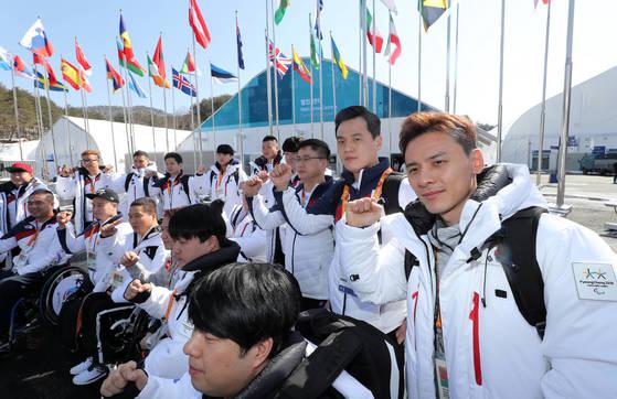 3일 2018 평창동계패럴림픽에 참가하기 위해 평창선수촌에 입촌하는 대한민국 아이스하키 선수들이 선전을 다짐하는 파이팅을 외치고 있다. [연합뉴스]