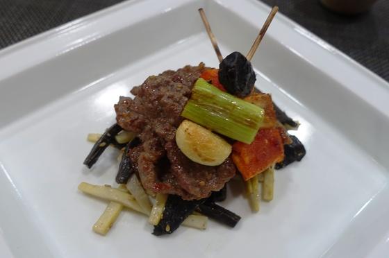 마늘·대파와 고추장 양념한 더덕 꼬치구이를 얹어 완성한 불고기와 능이죽순채.