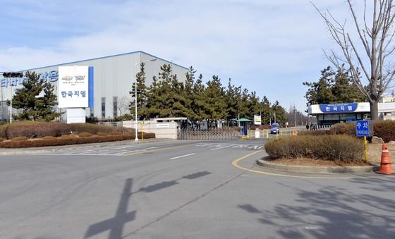 미국의 글로벌 기업 지엠(GM)이 오는 5월 한국 지엠 군산공장 폐쇄를 전격 발표하면서 전북도가 충격에 휩싸여 있는 가운데 21일 한국 GM 군산공장 근로자들이 공장밖으로 나오고 있다. 김성태 기자