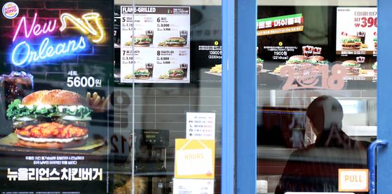 2일 서울의 한 버거킹 매장 모습. 버거킹은 이날부터 일부 제품 가격을 100원씩 인상했다.   지난해 11월 롯데리아를 시작으로 KFC, 모스버거, 맥도날드 등이 가격 인상을 했다. 업체들은 최저임금 인상 등을 이유로 밝혔다. [연합뉴스]