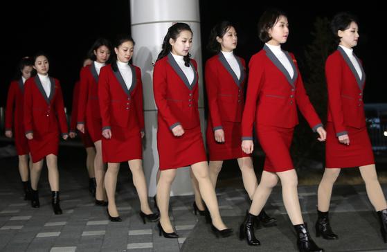 7일 오후 강원도 인제군 인제 스피디움에 도착한 북한 응원단이 통일부가 준비한 만찬에 참석하려고 이동하고 있다. [연합뉴스]