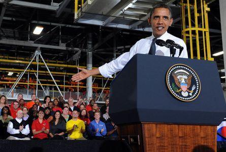 오바마 미국 전 대통령이 2011년 10월 미시간주 디트로이트 제너럴모터스(GM) 자동차공장을 방문, 조립라인을 둘러본 후 지역주민과 근로자들 앞에서 연설을 하고있다. [중앙포토]