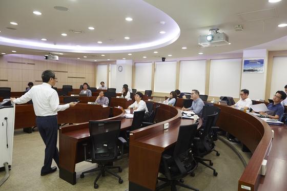 한 경영전문대학원에서 학생들이 수업을 받고 있다. [중앙포토]