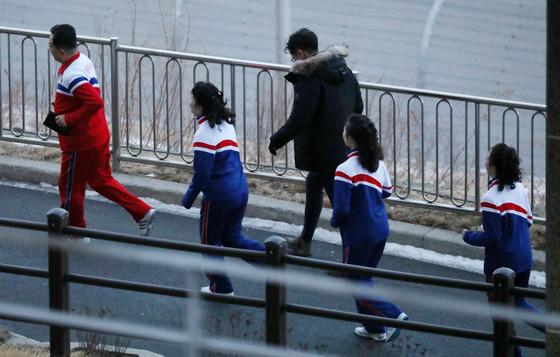 북한 응원단이 지난달 8일 오전 숙소인 강원도 인제스피디움에서 운동복과 운동화를 신고 조깅을 하고 있다. [뉴스1]