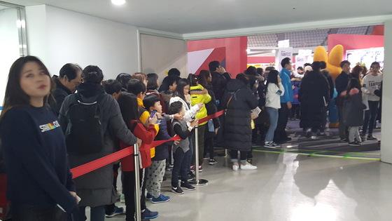 초등학생을 둔 젊은 부모들이 스타 크리에이터 행사장으로 들어서고 있다. 김동호 기자