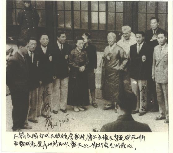 이승만 대통령은 1948년 동계 올림픽에 출전 선수들을 격려하기 위해 사저인 이화장으로 초대했다. [사진 국가기록원]