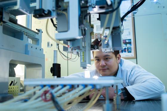 국내 대표적 사립대이자 연구 중심 대학인 연세대와 포스텍이 연구와 교육 등 전방위적인 공유 체제를 구축하기로 했다. 연구 분야에선 연세대의 의료 분야와 포스텍의 공학 분야가 결합된 연구 성과가 주목된다. 사진은 포스텍 연구실에서 연구원들이 3D프린터를 이용해 인체 조직을 만들어내는 연구를 하고 있는 모습. [중앙포토]