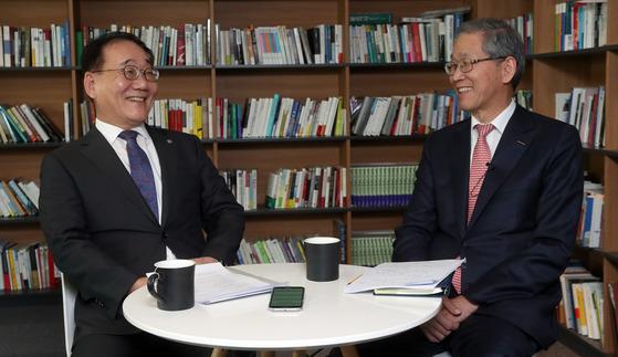 """김용학 연세대 총장(왼쪽)과 김도연 포스텍 총장이 2일 중앙일보 본사에서 공유캠퍼스에 대한 구상을 밝히고 있다. 국내 대표적 사학인 두 대학 총장들은 """"부분 협력을 넘어 먼 미래에는 두 대학을 합쳐볼 순 없을까라는 생각으로 힘을 합칠 것""""이라고 말했다. 강정현 기자"""