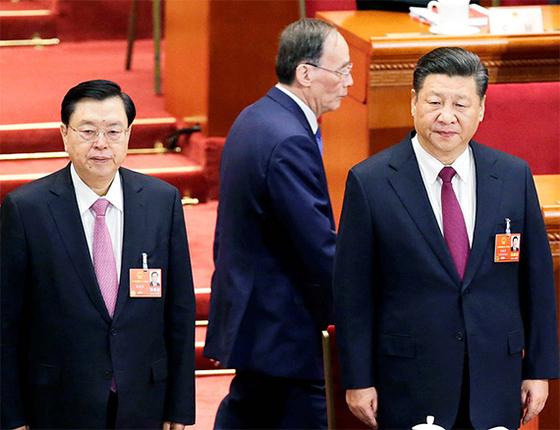 5일 중국 베이징 인민대회당에서 열린 전국인민대표대회(전인대)에 참석한 시진핑 국가주석(오른쪽), 장더장 전인대 상무위원장. 두 사람 뒤로 왕치산 전 기율검사위 서기가 지나가고 있다. [로이터=연합뉴스]