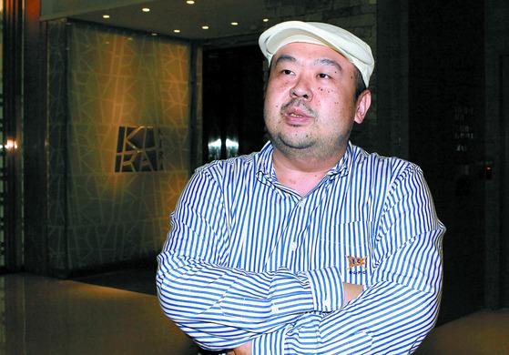 2010년 6월 4일 김정남이 마카오 알티라 호텔 10층 식당 앞에서 본지와 인터뷰하던 모습. [중앙포토]