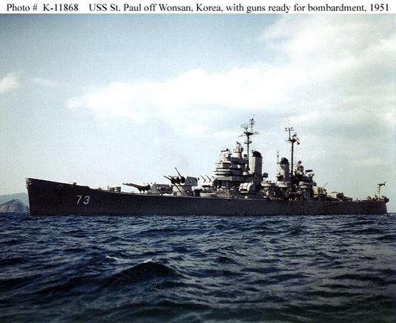 6.25전쟁 당시 한반도 인근 해역에서 작전을 펼치는 중순양함 세인트 폴. [National Archives]