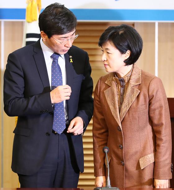 지난해 1월 더불어민주당 추미애 대표와 안희정 당시 충남지사가 국회에서 만나 대화하고 있는 모습 [중앙포토]