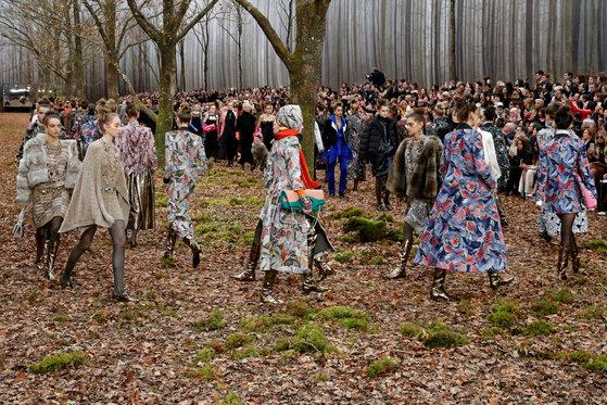 샤넬이 6일(현지시간) 파리 중심부 미술관 그랑팔레(Grand Palais)에서 연 패션쇼 무대를 꾸미기 위해 100년 된 나무를 베어낸 것으로 알려지면서 환경단체의 비난을 샀다. [로이터=연합뉴스]