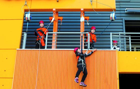 6일 광나루안전체험관에서 여성 교육생이 완강기를 이용해 3층 높이에서 대피하고 있다. [김상선 기자]