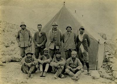 웨이드 데이비스의 'into the silence' 표지에 쓴 사진. 1924년 영국의 에베레스트 3차 원정대 대원들이다. 왼쪽 윗줄부터 오른쪽으로 앤드류 어빈, 조지 맬러리, 에드워드 테디 노턴, 노엘 오델, 존 맥도널드. 왼쪽 아랫줄부터 오른쪽으로 에드워드 셰브브어, 지오프리 브루스, 하워드 소머벨, 벤틀리 비담. 중앙포토.