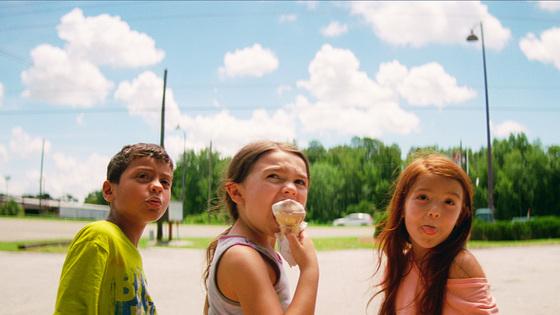 영화 '플로리다 프로젝트'의 주인공 골목대장 무니(가운데, 브루클린 프린스 분)와 그녀의 친구들 스쿠티(왼쪽, 크리스토퍼 리베라 분), 젠시(오른쪽, 발레리아 코토). [사진 Wannabe FUN 제공]