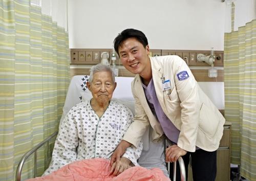 대전성모병원 박하욱 교수(오른쪽)와 106세 급성심근경색 수술 환자 [사진 대전성모병원]