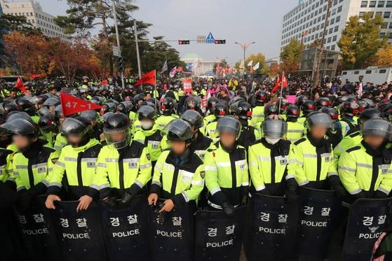 경찰이 국회 앞 도로에서 열린 집회 참가자들의 충돌을 막기 위해 대열을 만들어 막고 있다. 신인섭 기자
