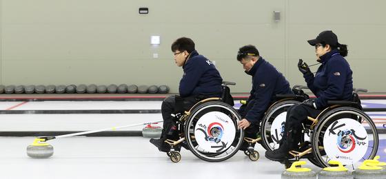 한국 휠체어컬링대표팀의 서순석·정승원·방민자(왼쪽부터)가 이천훈련원 컬링경기장에서 훈련을 하고 있다. 대표팀은 2010년 밴쿠버 대회 이후 8년 만에 패럴림픽 메달 획득을 노리고 있다. [장진영 기자]