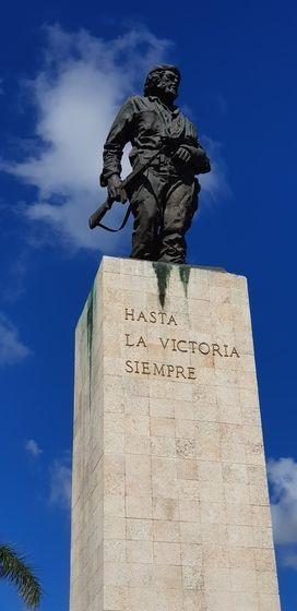 체 게바라 지하 무덤 위에 우둑 솟은 그의 동상. '승리의 그날까지(Hasta la victoria siempre)'라는 쿠바 공산당 슬로건이 아래에 새겨져 있다. 그가 상전에 했던 말이기도 하다.
