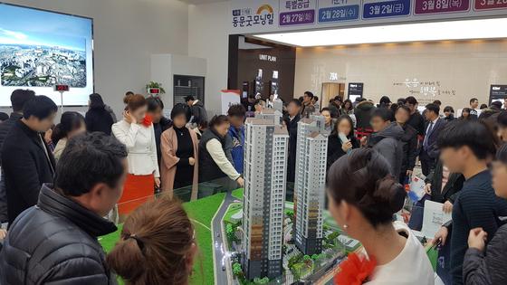 수도권 아파트 견본주택에서 방문객들이 둘러보고 있다. 서울 집값이 크게 오르고 매매거래도 급증하며 민간택지 분양가상한제 여건이 무르익고 있다.