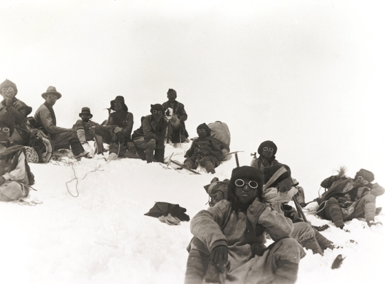 1922년 6월 7일에 찍은 영국의 에베레스트 2차 원정대. 조지 맬러리는 하워드 소머벨, 에드워드 노턴과 함께 에베레스트 8225m까지 올랐다. 조지 핀치와 지오프리 브루스는 산소통을 이용해 8321m까지 등반했다. 이 사진은 맬러리가 이끈 2차 원정대의 세 번째 등반팀이었다. 이 사진 촬영 직후 사진 속 상당수가 눈사태로 사망했다. 중앙포토