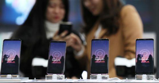 삼성전자 신제품 플래그십 스마트폰 갤럭시S9의 예약판매가 시작된 28일 오전 서울 광화문 KT스퀘어에 이 제품이 전시돼있다. [사진 연합뉴스]