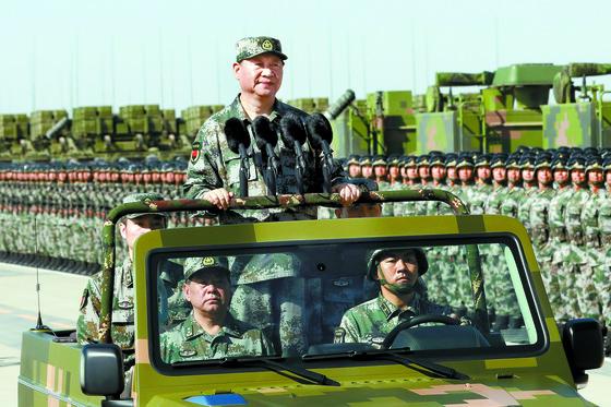 시진핑 중국 국가주석(왼쪽 사진 가운데)이 중국 네이멍구 주르허 훈련기지에서 인민해방군 창군 90주년 열병식에 참석해 군대를 사열하고 있다. [AP]