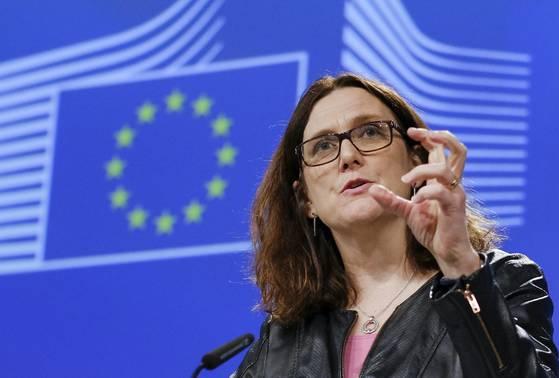 세실리아 말스트롬 통상 담당 EU 집행위원이 미국의 철강 등에 대한 고율관세 부과 강행시 보복관세를 물릴 것이라고 발표하고 있다. [EPA=연합뉴스]