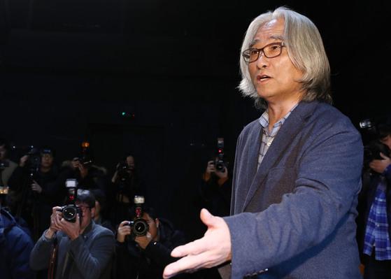 성추행 파문을 일으킨 연극연출가 이윤택이 지난달 19일 오전 서울 종로구 30스튜디오에서 열린 기자회견에서 질문에 답하고 있다. [연합뉴스]