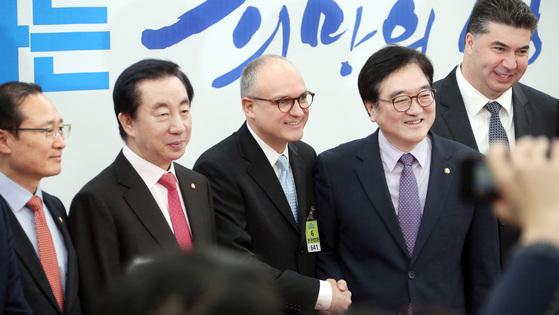배리 엥글 GM인터내셔널 사장(가운데)과 카허 카젬(오른쪽) 한국GM 사장. [중앙DB]
