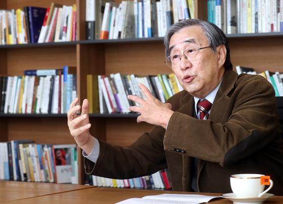 """서진영 교수는 '시진핑이 마오쩌둥 이래 처음으로 자신의 이름이 명기된 사상을 중국 헌법과 공산당 당장(黨章)에 삽입시킨 만큼 업적 과시를 위해 앞으로 공세적 행보를 걸을 것""""이라고 말했다. [최정동 기자]"""