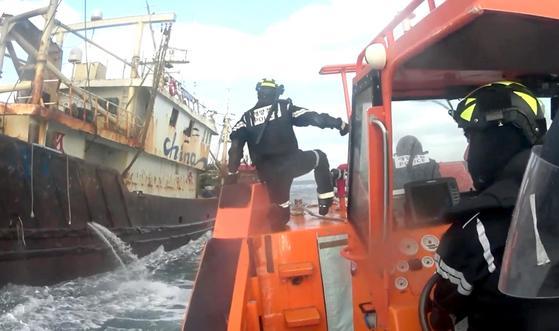 불법 조업 중국 어선에 접근하는 해경. [서귀포해양경찰서 제공 영상 캡처=연합뉴스]