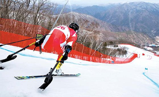인간의 도전정신에는 한계가 없다. 평창 겨울패럴림픽에 참가하는 일본의 미사와 히라쿠 선수가 정선 훈련장에서 연습하고 있다. [AP=연합뉴스]