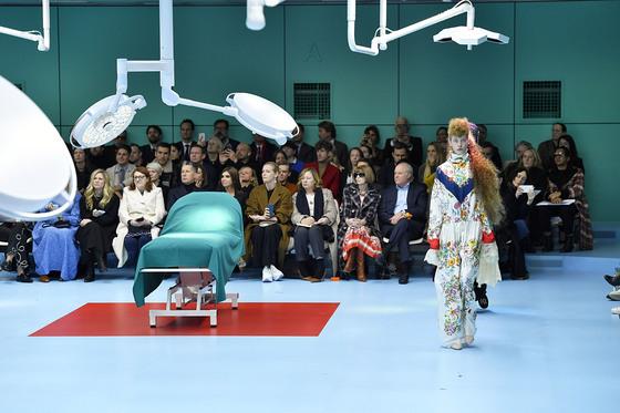 미국 미네소타주 메이오 병원의 수술실을 재현한 구찌의 2018 가을겨울 쇼 무대. 잘린 머리 등의 섬뜩한 소품을 든 모델들이 런웨이를 활보했다. [사진 퍼스트뷰 코리아]