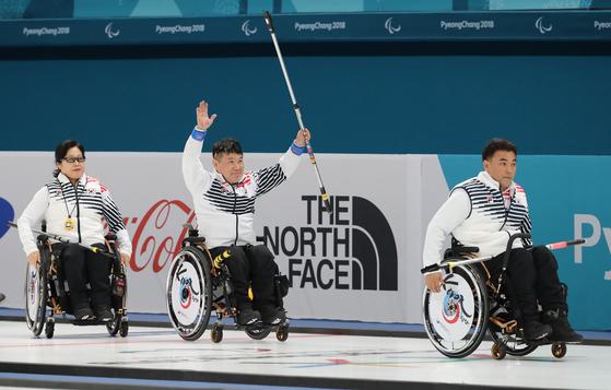 11일 오후 강릉컬링센터에서 열린 2018 평창패럴림픽 휠체어컬링 한국과 슬로바키아전에서 한국팀이 승리를 한 뒤 정승원(가운데)이 환호하고 있다. [강릉=연합뉴스]